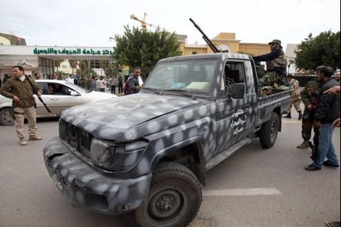 Des hommes patrouillent rue Zawiyah, dans le centre de Tripoli, après un accrochage entre ex-rebelles qui a fait plusieurs victimes mardi