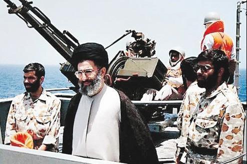 Le guide suprême, Ali Khamenei (ici, sur une photo non datée d'une manœuvre navale), a assuré que la République islamique ne cèderait pas aux pressions occidentales.