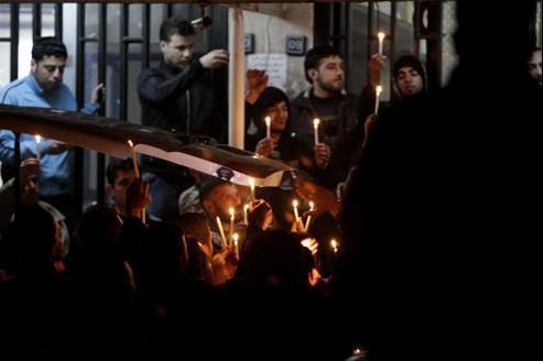 Des Syriens ont organisé une veillée tandis que le corps du reporter était transféré à Damas.