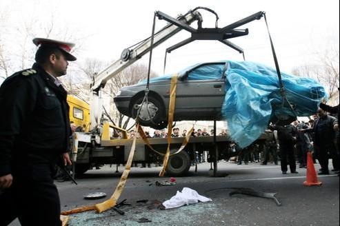 Des policiers procèdent à l'évacuation de la voiture du scientifique Mostafa Ahmadi Roshan (ci-dessus), tué dans l'explosion du véhicule, mercredi à Téhéran.
