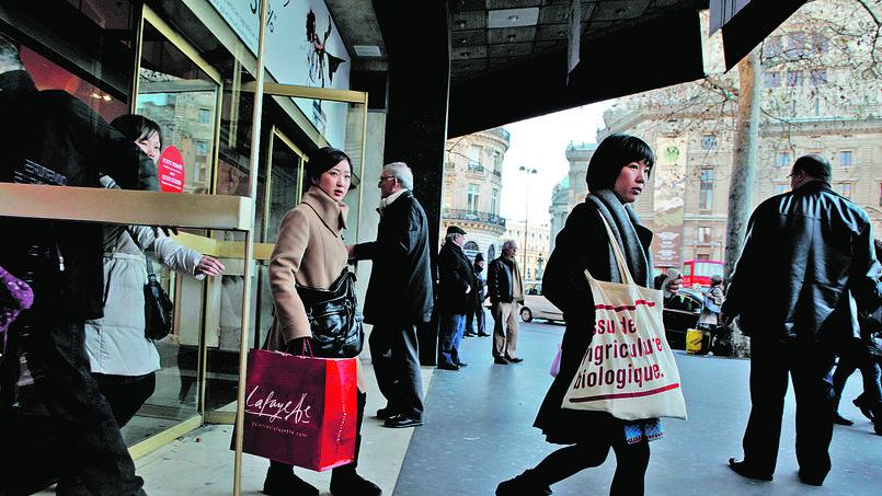 Sortie des Galeries Lafayette, lundi, boulevard Haussmann, à Paris.