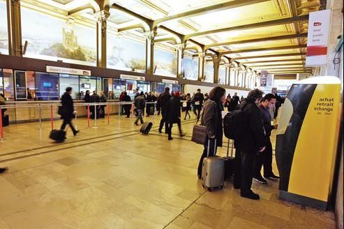 Dans les gares des grandes villes (ici, la gare de Lyon, à Paris), les guichets occupent aujourd'hui un espace de plus en plus réduit à côté des rangées de bornes en libre-service.