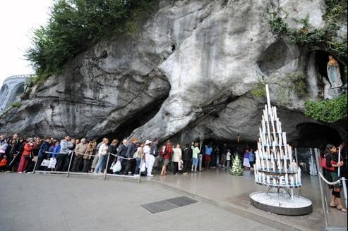 Depuis les années 1950, les piscines se trouvaient dans le prolongement de la célèbre grotte.