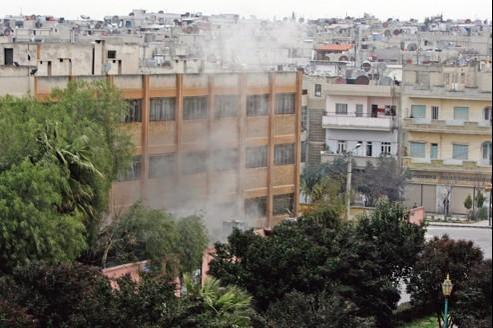 De la fumée s'élève d'un immeuble de Homs suite à une attaque, le 11 janvier dernier, jour où Gilles Jacquier a été tué.