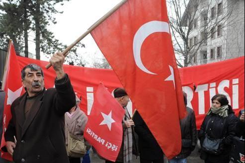 Des Turcs manifestent devant l'ambassade de France à Ankara contre le vote de la loi pénalisant la négation du génocide arménien.