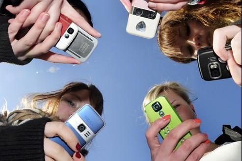 Les adolescents envoient des nuées de SMS, échangent photos et vidéos et téléchargent plus que leurs aînés.