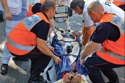Les secours évacuent un piéton qui vient d'être percuté par un scooter.