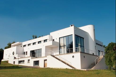 La villa Poiret s'étend sur 800 m2 et compte 1000m2 de terrasses et de toits-terrasses.