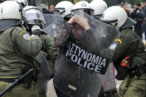 De nombreux heurts entre les manifestants et les forces de l'ordre ont éclaté vendredi, à Athènes.