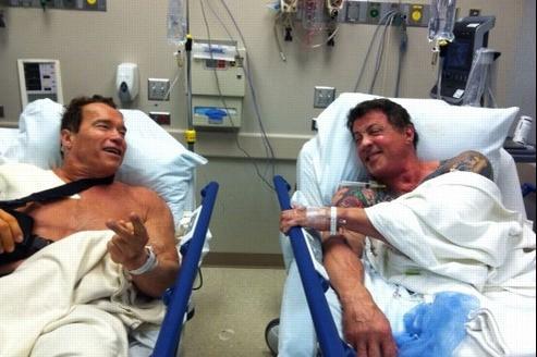 La photo twittée par Schwarzenegger le montrant sur un lit d'hopital avec Stallone (Crédits : Arnold Schwarzenegger)
