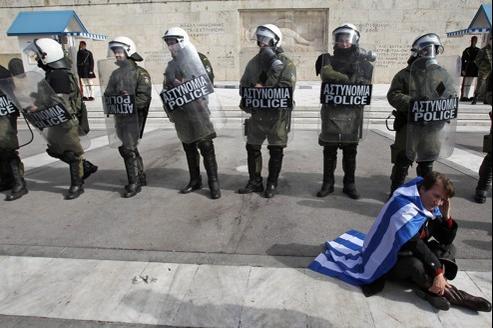 Un manifestant contre la rigueur devant le parlement grec, à Athènes.