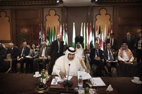 Le président de la Ligue arabe, premier ministre et ministre des Affaires étrangères qatari, au Caire, dimanche.