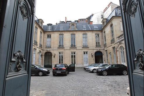 L'hôtel de Broglie, actuel secrétariat d'État chargé de la Prospective et du Développement de l'économie numérique, s'étale rue Saint-Dominique sur pas moins de 7158m².