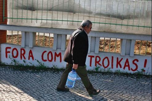 «Dehors la troïka !». indique un graffiti sur un mur de Lisbonne