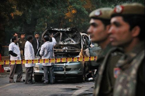 Les experts de la police indienne inspectent la voiture appartenant à l'ambassade d'Israël qui a explosé, lundi à New Delhi. Benyamin Nétanyahou a accusé Téhéran d'être à l'origine de cet attentat, et d'un autre similaire en Géorgie.