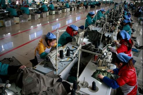 Des couturières dans une usine textile, à Huaibei dans la province de l'Anhui, en Chine