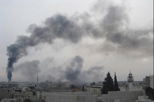De hautes colonnes de fumée s'élèvent du quartier de Baba Amr à Homs.