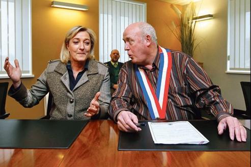 Marine Le Pen, mardi, au côté de Gérard Janus, maire de la commune de Fort-Louis (Alsace), qui lui a promis son parrainage.