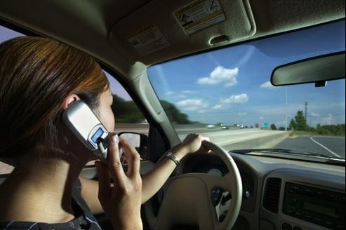18% des jeunes avouent téléphoner sans kit mains libres en conduisant. Photo AFP Image Forum