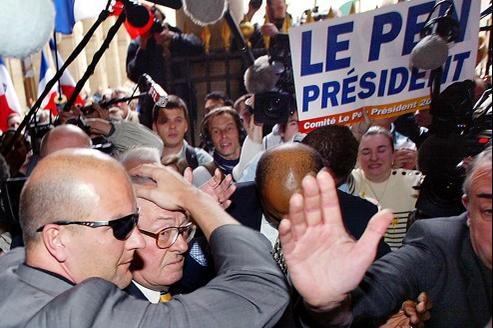 Thierry Légier protégeant Jean-Marie Le Pen au Conseil constitutionnel, en 2002. Crédits photo : Jean-Loup Gautreau / AFP