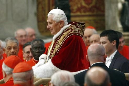 Le pape au milieu des nouveaux cardinaux le 18 février, en la basilique Saint-Pierre de Rome.