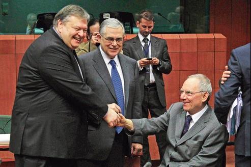 Le premier ministre grec Lucas Papademos entouré de son ministre des Finances, Evangelos Venizelos (à gauche) et du ministre allemand des Finances, Wolfgang Schäuble, lundi à Bruxelles.