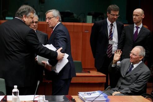 Le premier ministre grec Lucas Papademos entouré de son ministre des Finances, Evangelos Venizelos (à gauche) et du président de l'Eurogroupe Jean-Claude Juncker saluant le ministre allemand des Finances, Wolfgang Schäuble, lundi à Bruxelles