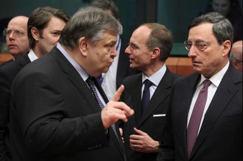 Le ministre des Finances grec, Evangelos Venizelos (à gauche), discute avec le président de la Banque centrale européenne Mario Draghi (à droite), lundi à Bruxelles.