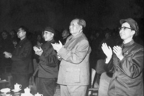 Mao avec Zhu Enlai, Lin Piao et sa quatrième femme Jiang Qing (à droite). Elle lui survivra et sera jugée lors du procès de la Bande des Quatre.