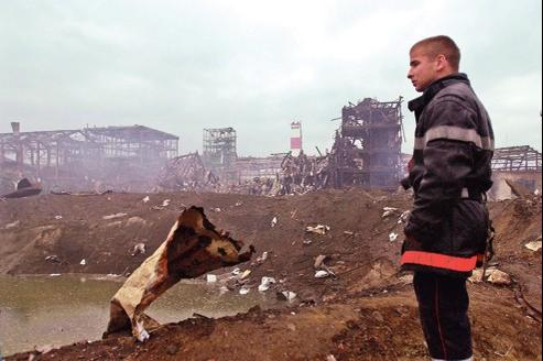 Un sapeur-pompier sur le site de l'usine AZF après l'explosion du 21 septembre 2001.