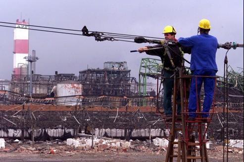 Réparations après l'explosion de l'usine AZF de Toulouse, le 21 septembre 2001.