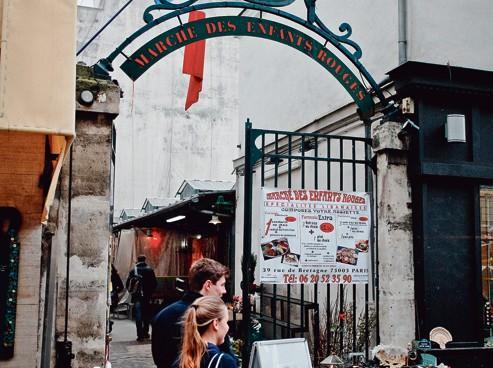 L'entrée principale du marché, rue de Bretagne.