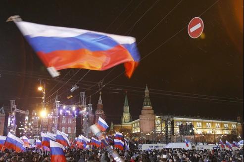 Des dizaines de milliers de partisans de Poutine sont rassemblés à côté du Kremlin pour célébrer sa victoire.