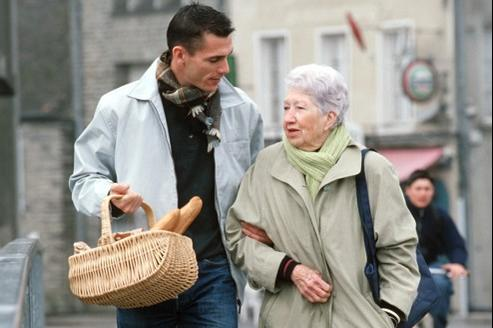 Faire les courses ou apporter des médicaments : un geste de solidarité pour ceux qui sont seuls et dépendants.