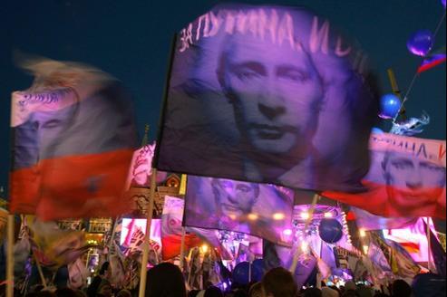 Les partisans de Vladimir Poutine exhibent des panneaux à son effigie, après sa victoire à l'élection présidentielle, dimanche soir à Moscou.