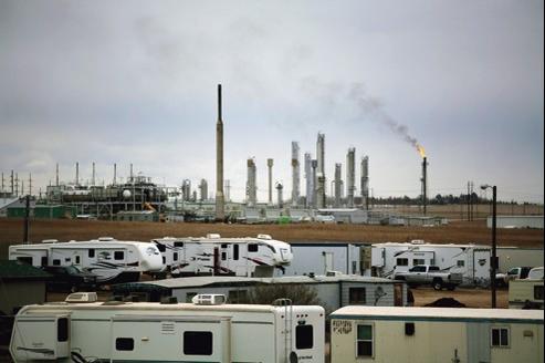 Des mobile homes et des caravanes devant une raffinerie de pétrole à Williston, dans le Dakota du Nord. La région s'est transformée en un eldorado où viennent se réfugier des milliers de victimes de la crise.