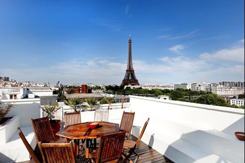 Au neuvième étage se situe une terrasse offrant une vue spectaculaire sur la tour Eiffel.