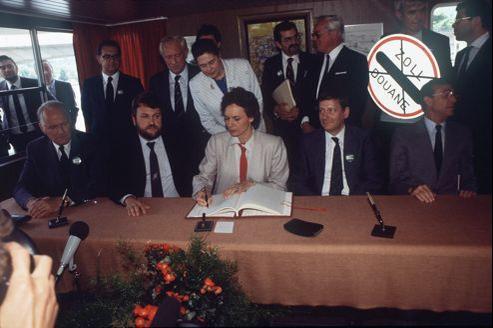 Les cinq représentants de la France, de l'Allemagne, des Pays-Bas, de la Belgique et du Luxembourg ont ratifié, le le 14 juin 1985, à bord d'un bateau à Schengen l'accord du même nom.