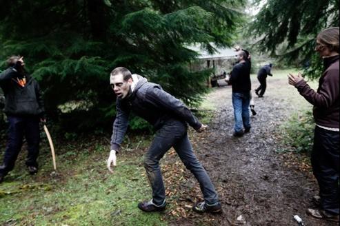 Un figurant simule l'attaque d'un zombie lors d'un camp de survie organisé dans l'Orégon (Etats-Unis)