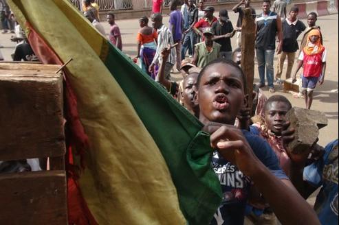 Des manifestants hostiles au gouvernement devant le siège de la télévision nationale malienne, à Bamako.