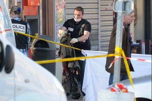 Des policiers relèvent une veste de soldat couverte de sang, jeudi, à Montauban.
