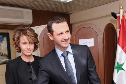 Bachar el-Assad et son épouse Asma votent lors du référendum sur la constitution de février 2012.