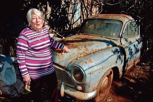 Cécile Serra, 94 ans, explique, posant devant son Aronde, ne jamais avoir été « embêtée » dans son pays, l'Algérie.