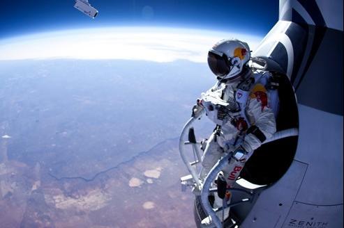 Felix Baumgartner, dans sa combinaison pressurisée, s'apprête à sauter de son ballon stratosphérique à 21.800 m d'altitude.