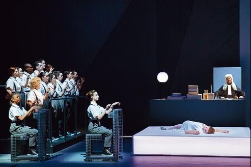 Les interprètes, portés par une musique d'exception, évoluent dans une mise en scène millimétrée où perce une bouleversante fragilité.