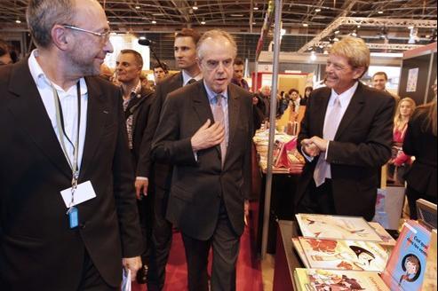 Frédéric Mitterrand, ministre de la Culture et de la Communication, dans les allées du Salon du livre, vendredi 16 mars.
