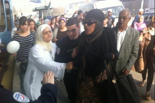 Samedi après-midi, à Rouen, une femme voilée, qui arrachait des affiches appelant à une marche blanche en mémoire d'Imad Ibn Ziaten, a été placée en garde à vue.