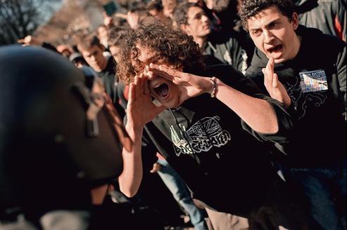 Étudiants face aux policiers lors d'une manifestation antigouvernementale, à Pampelune, le 22 mars dernier.