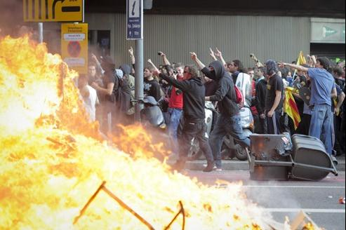 Des manifestants violents ont brûlé poubelles et conteneurs à Barcelone.