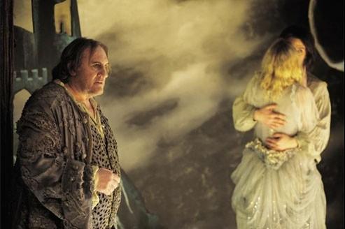 L'Homme qui rit, dirigé par Jean-Pierre Améris, avec Gérard Depardieu dans le rôle d'un vieux forain, remet somptueusement Victor Hugo à l'honneur.